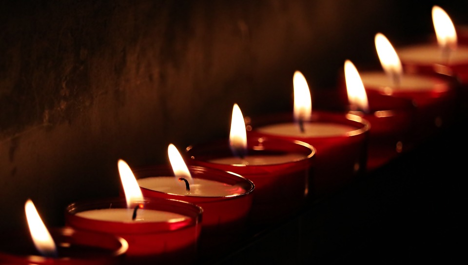candles in a row burning